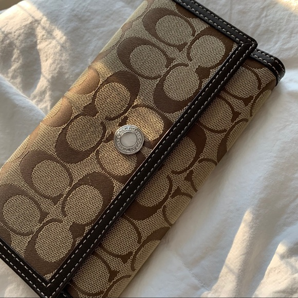 Coach Continental Wallet: Signature Canvas